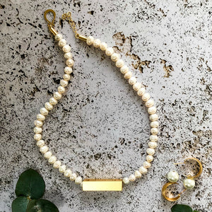 Bella - Chic single strand pearl necklace with gold pendant