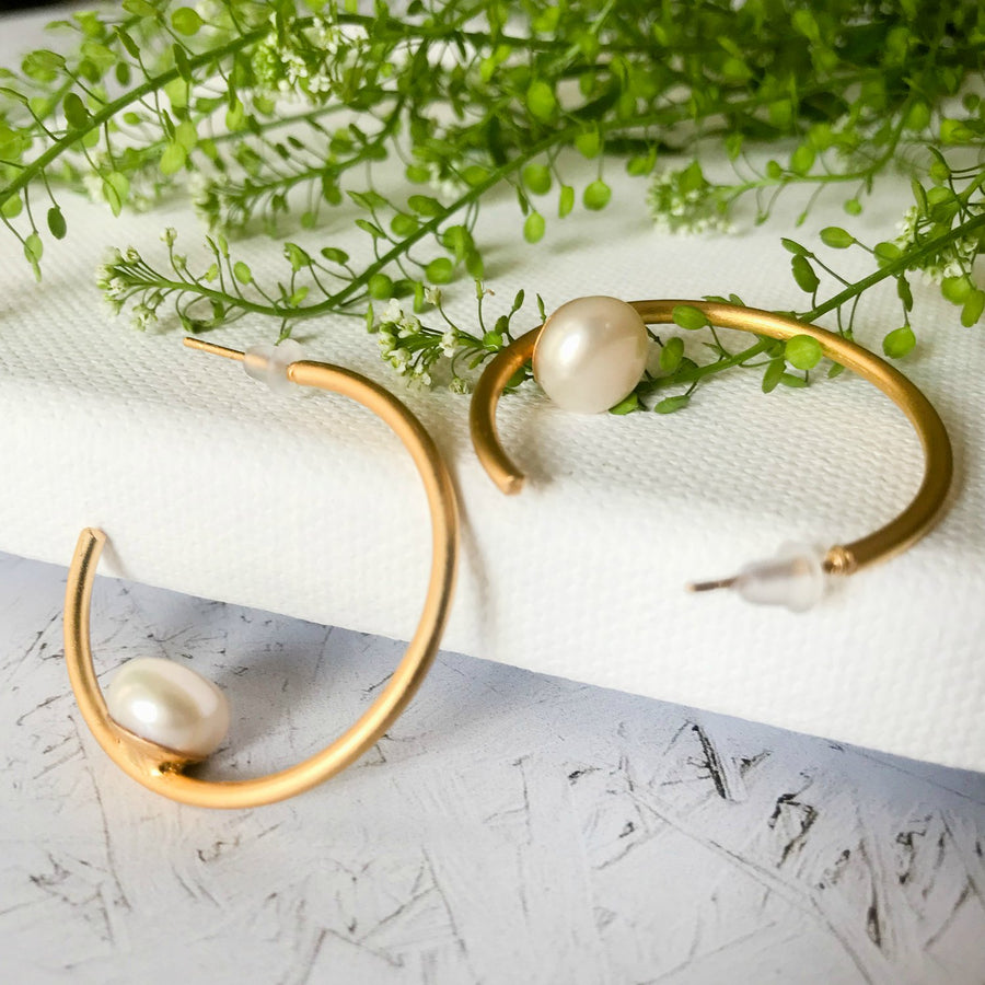 Penelope - Chic gold and pearl hoop earrings