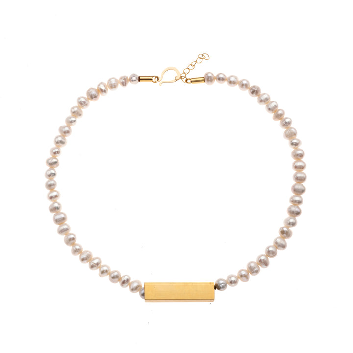 Bella single strand pearl necklace with gold pendant