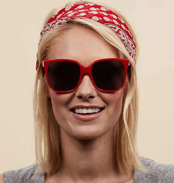 A model wears Peepers Palisades Sunglasses in Red.