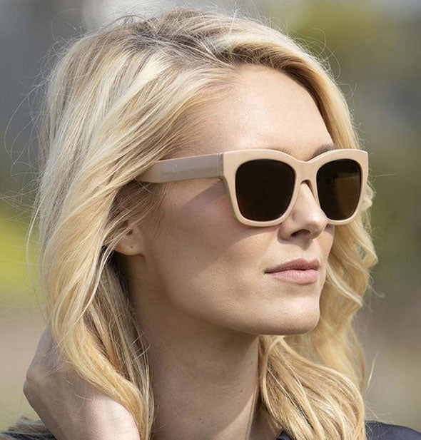 A model wears Peepers Shine On Sunglasses in Taupe.