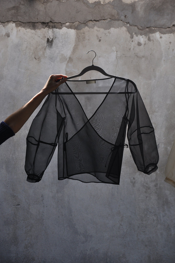 PREORDER: Cruce Organza Blouse – Negro