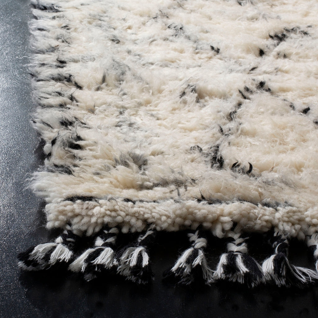 IVORY/ BLACK FLUFFY EASTON RUG
