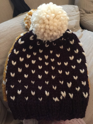 Beanie with contrast colour in eggplant and white