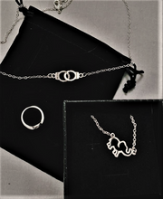 Load image into Gallery viewer, Closer Hands Necklace - la venné