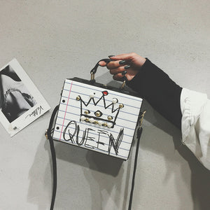 "Sac à main pop art, design cahier d'école, ""queen"" et ""all i need is love and wifi""."