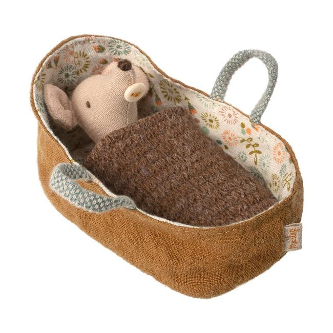 MOUSE IN BABY CARRYCOT - KNITTED BROWN BLANKET