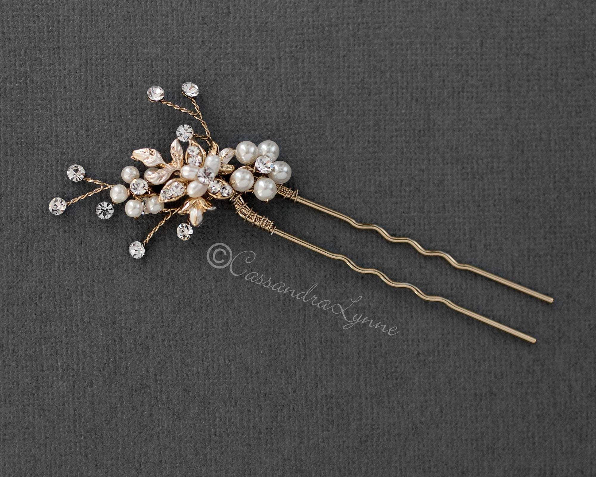 Delicate Bridal Hair Pin with Pearls