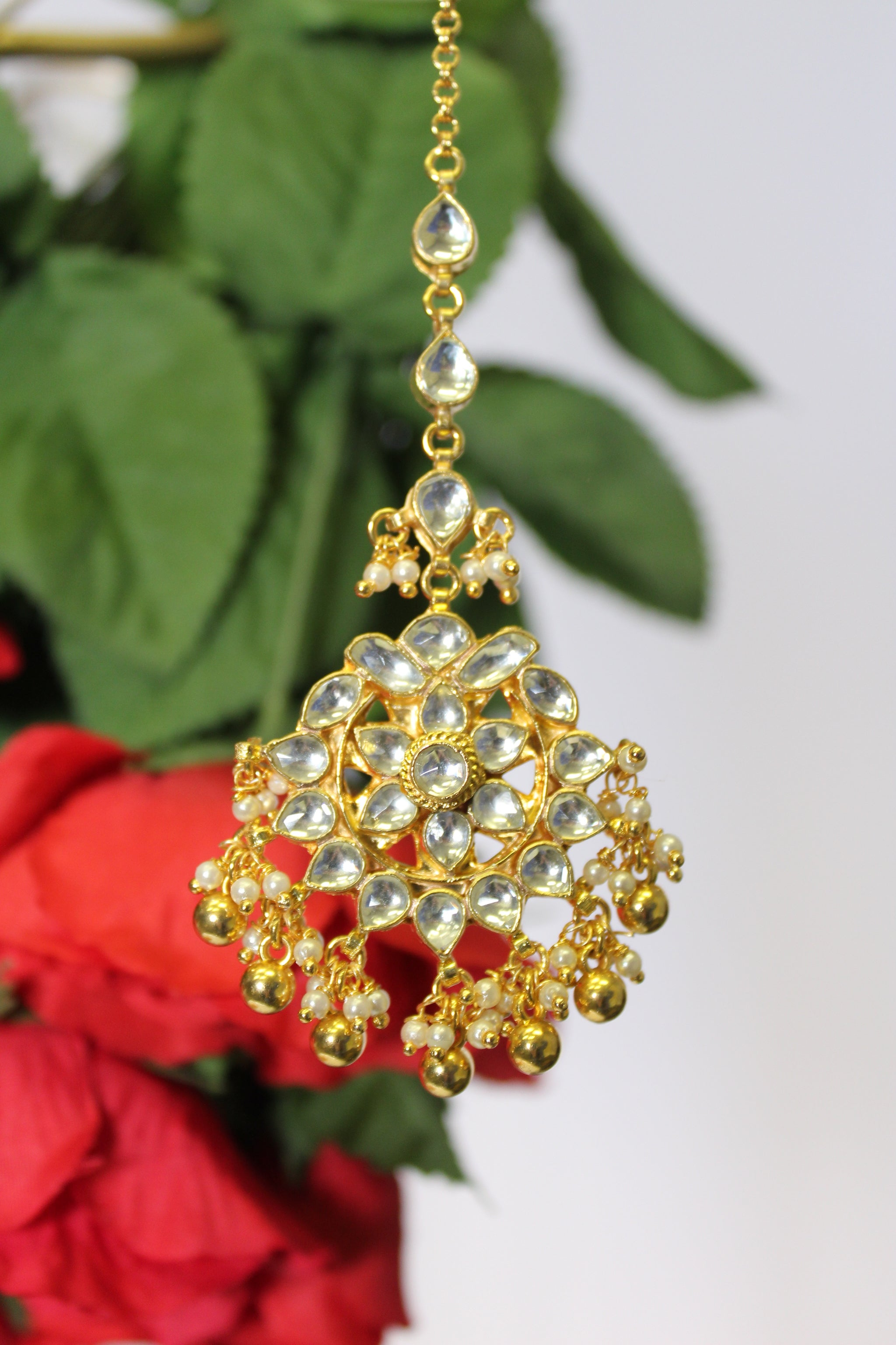 Floral kundan motif tika with gold & pearl drops