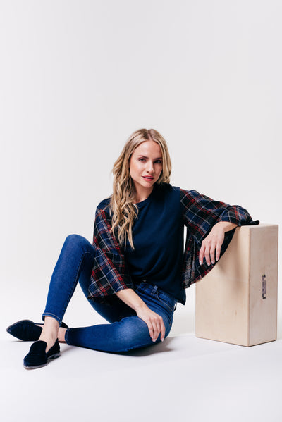 NAVY POPLIN TOP WITH PLAID SLEEVES