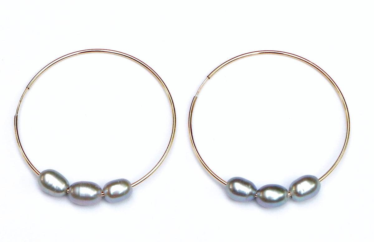 TRIPLE PEARLS IN GOLD HOOP EARRINGS