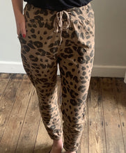 Load image into Gallery viewer, Camel animal print stretch trousers