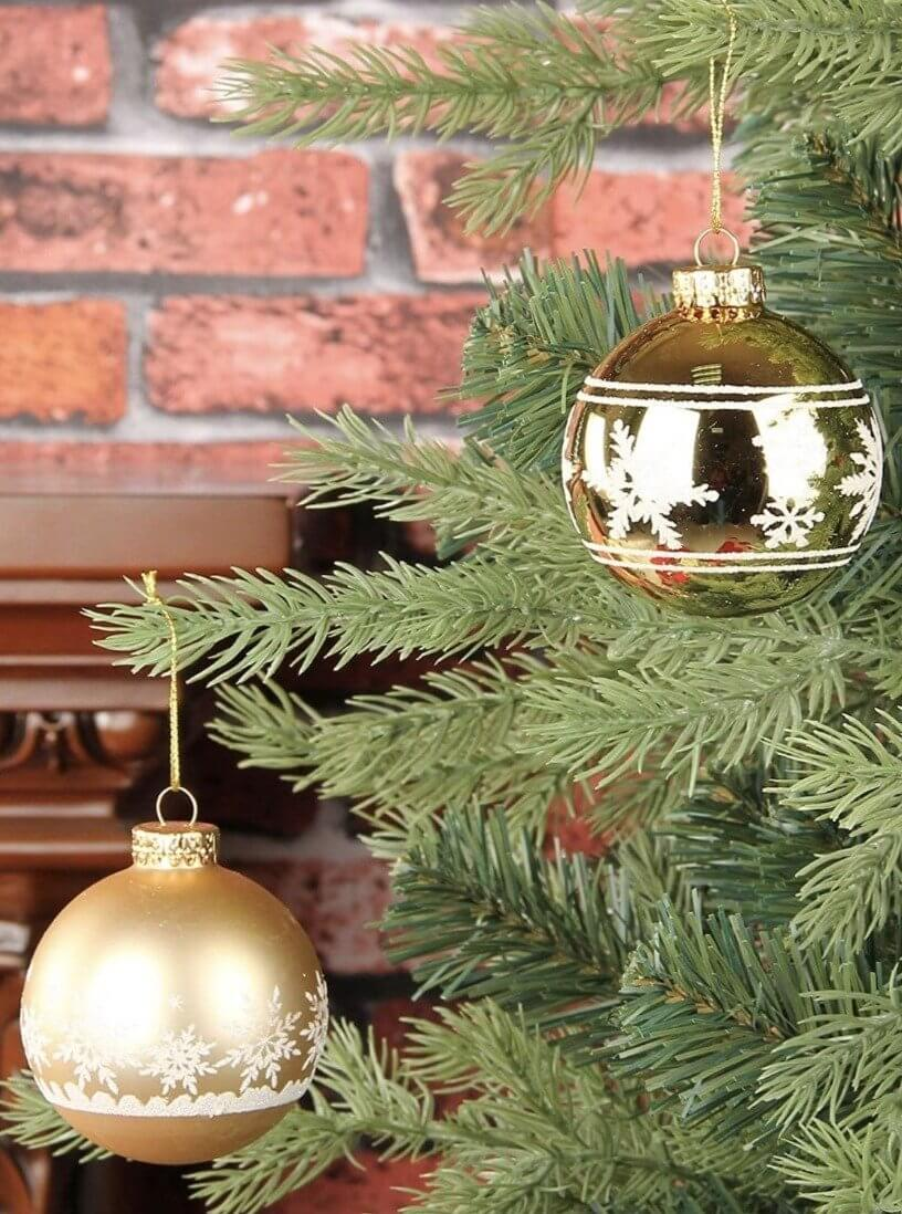 glass balls with glitter details to decorate the Christmas tree in matte and shiny gold