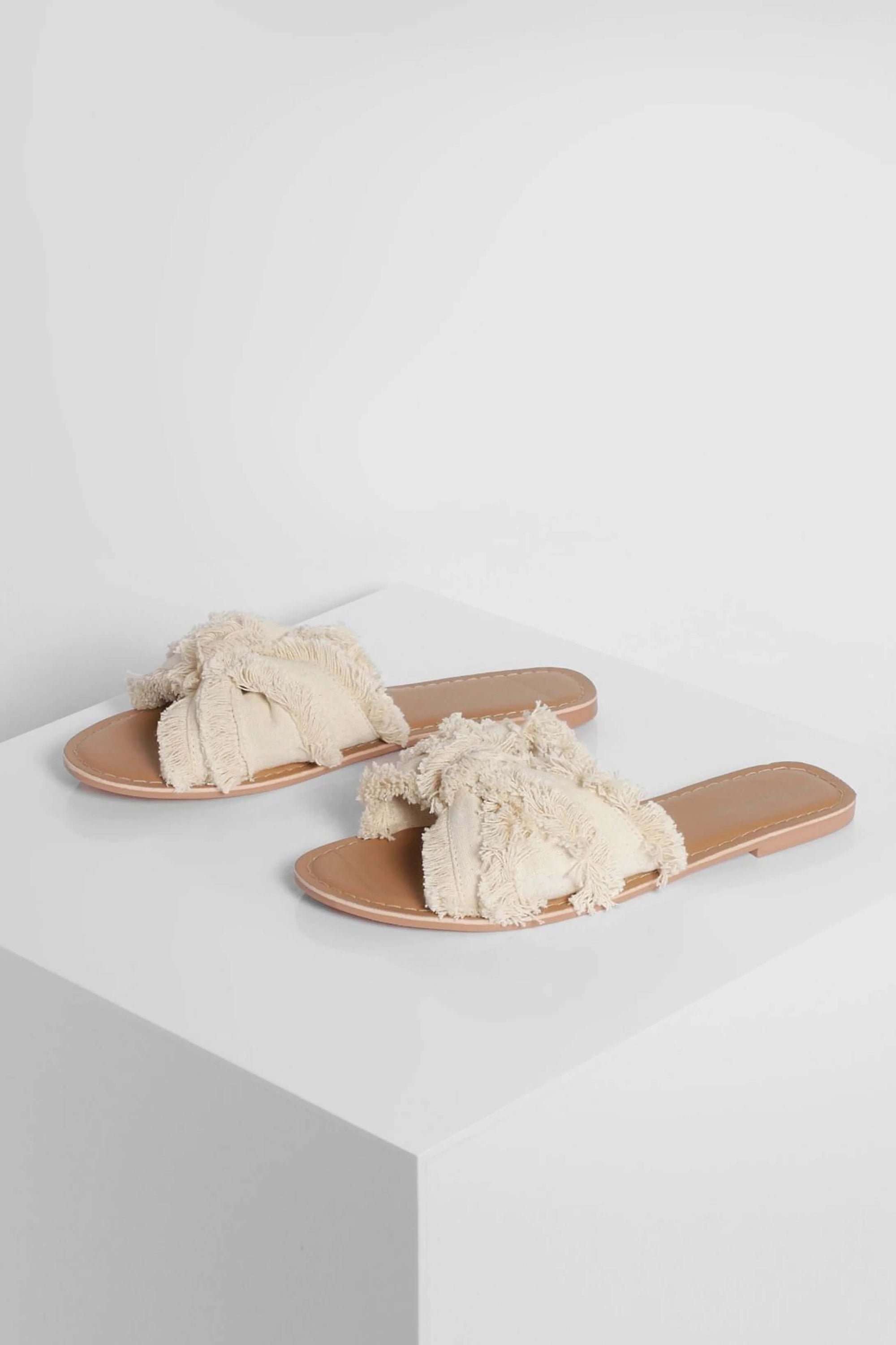 Canvas beige slide boho and casual style, espadrilles type and with fringed details.