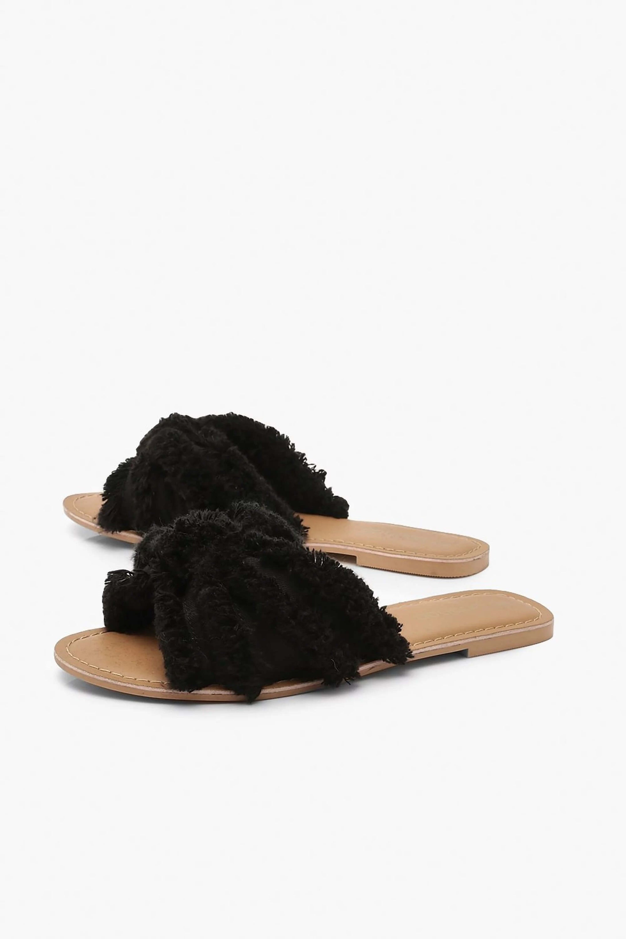 Canvas black slide boho and casual style, espadrilles type and with fringed details.