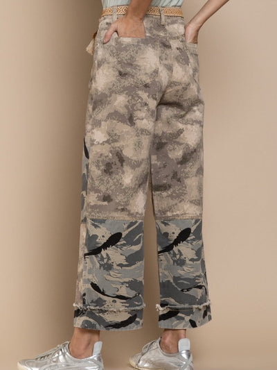 model shows back part of camouflage trousers with relaxed fit, button and zip to close, belt loop, front and back pockets, has a two-tone combination of camouflage fabric and hem with folded band.
