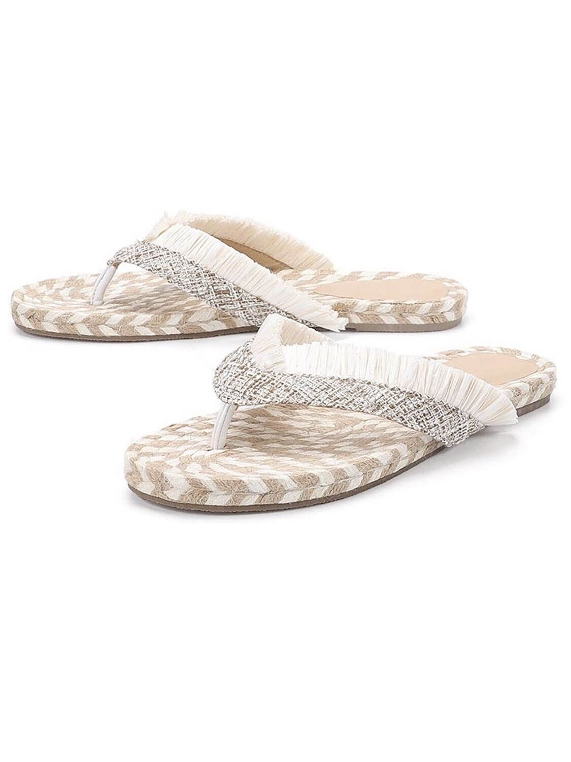 Canvas slide boho and casual style, espadrilles type and with fringed details.