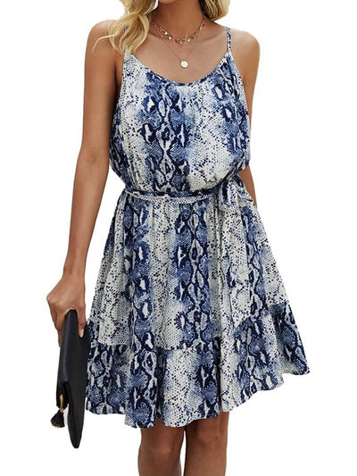 Model shows snake blue short dress, sleeveless, drawstring at the waist and round neck accompanied by a black handbag