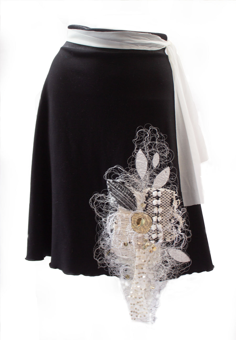 JUPE RONDE NOIRE AUX BRODERIES BLANCHES