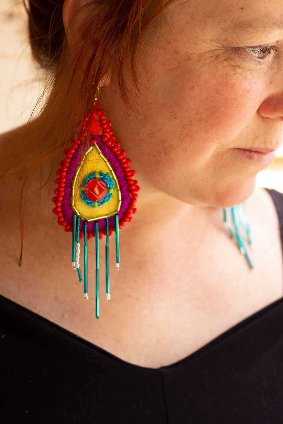 BOUCLE D'OREILLE BRODÉE  ROUGE-JAUNE-PRUNE-TURQUOISE