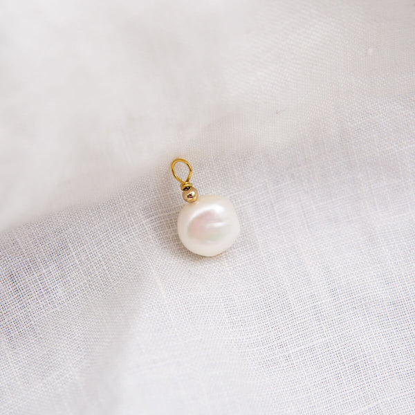 MOLLY NATURAL PEARL CHARM