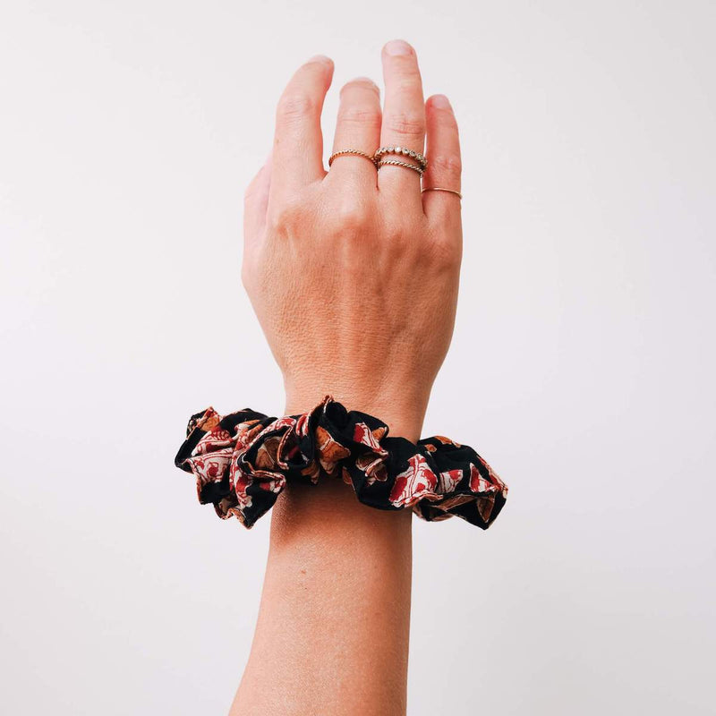 THE-BLACK-AND-ORANGE-PRINT-SCRUNCHIE-CABINET-JEWELLERY