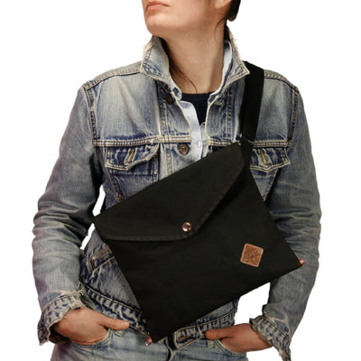 Musette with triangle flap in black