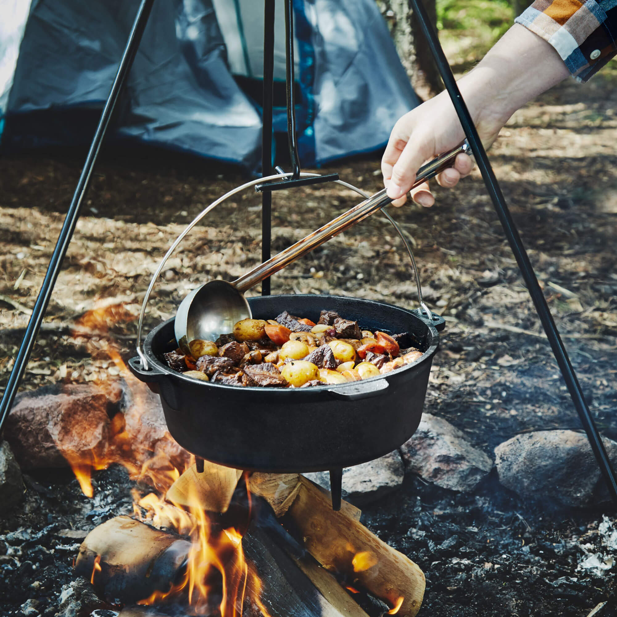 camping dutch oven with lid cooking