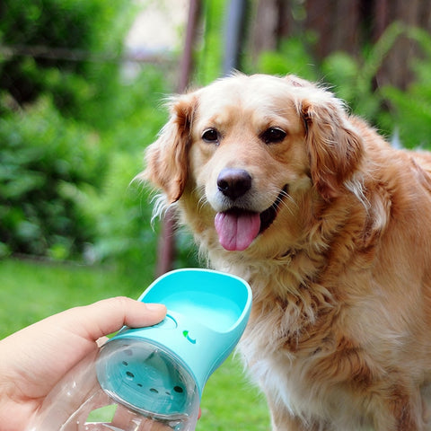 walk or trip. Then, when your dog is thirsty, just squeeze the bottle to fill the attached dog water bowl. When your dog is finished drinking release and the water drains back into the water bottle. The device is perfect for dogs of all ages and sizes, even flat-faced breeds. These BPA-free water bottles utilize auto pump action,