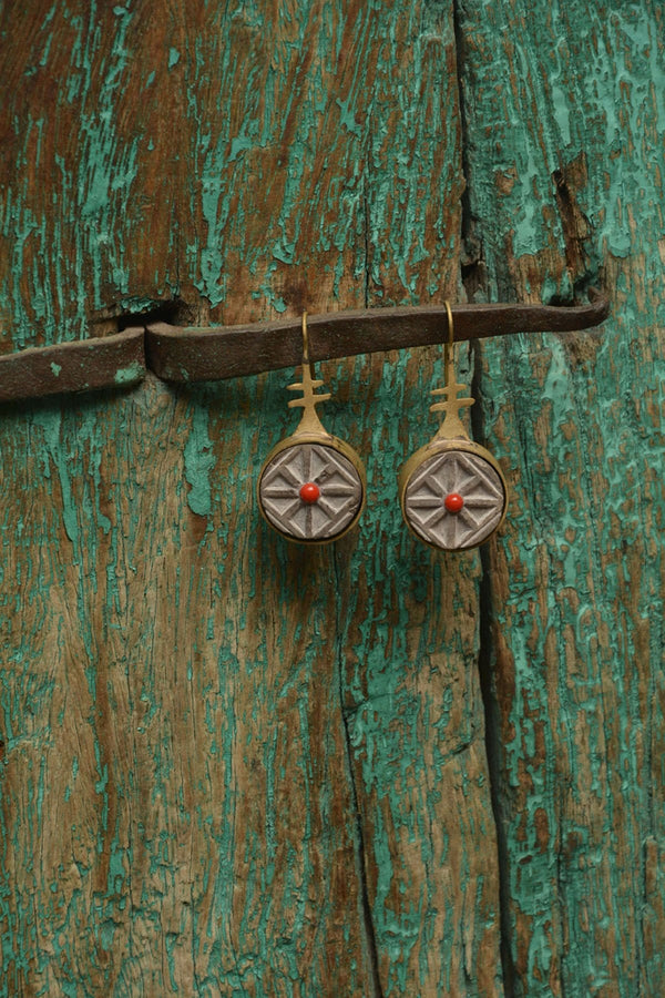 Stone crafted earring - SHUBINAK.COM