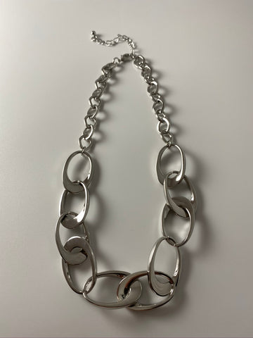 Short necklace, with interconnected loops in silver.