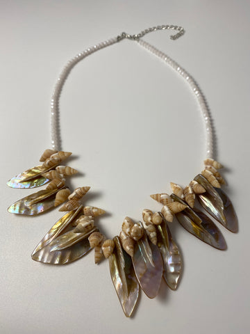 Short necklace, with natural mother of pearl shell.