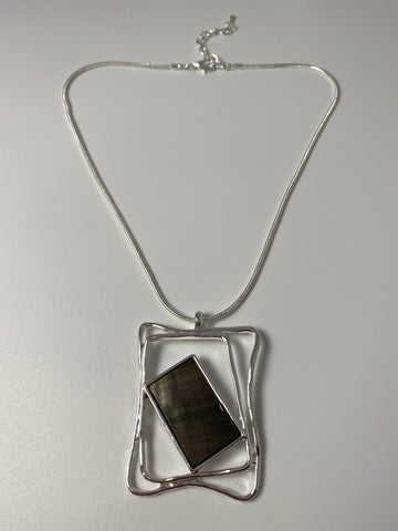 Short necklace, with mother of pearl metal pendant.