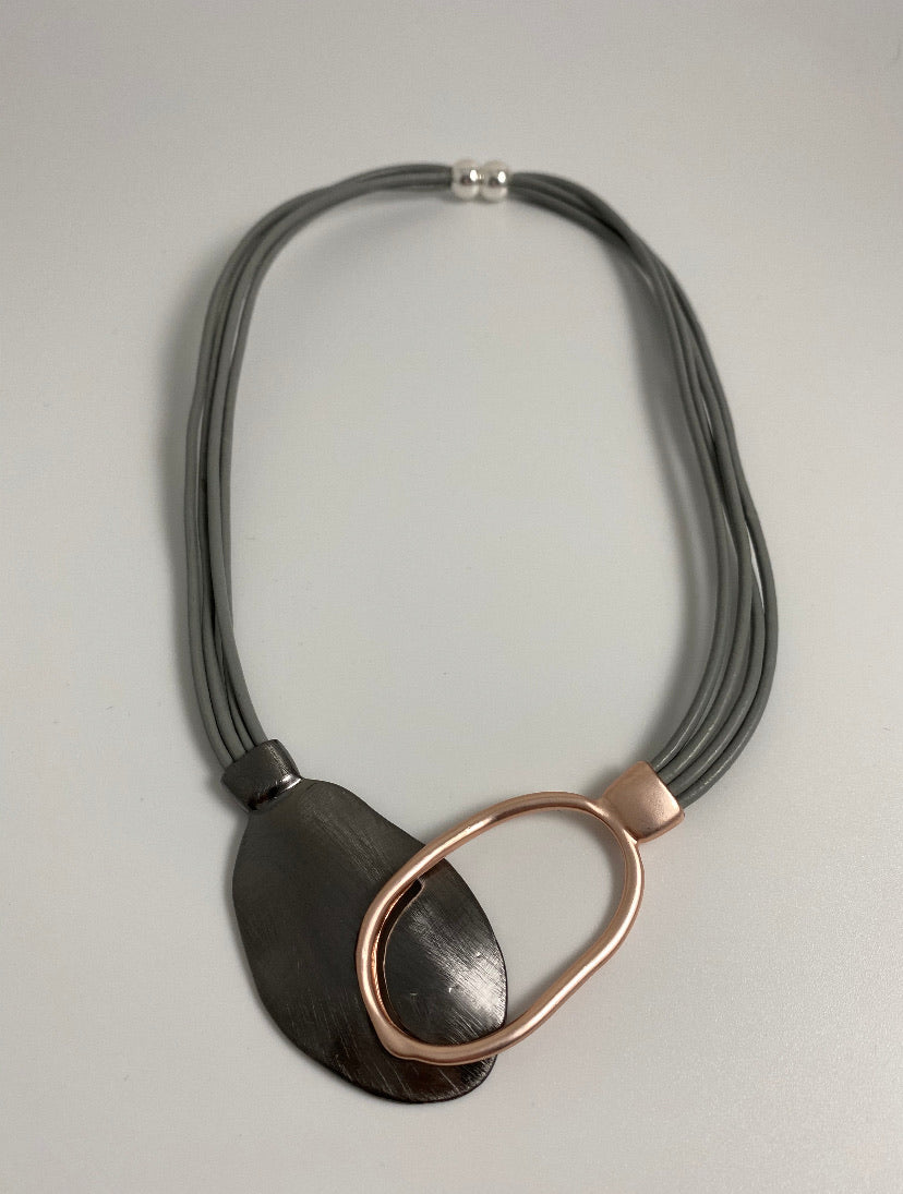 Short necklace, with interlinked pendent drop, including a magnetic clasp