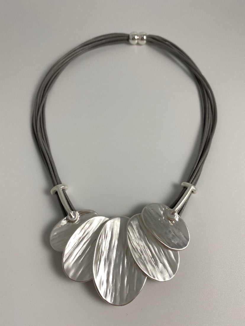Short necklace, with silver oval leaf drop, including a magnetic clasp