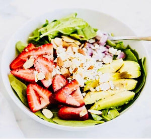 Summer salad with spinach, strawberries and almonds
