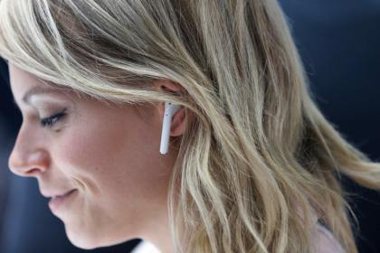 Experts: Wireless Headphones Like AirPods Could Pose Cancer Risk - Karelia Creations