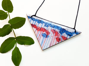 triangle pendant necklace in the pattern tall poppy white