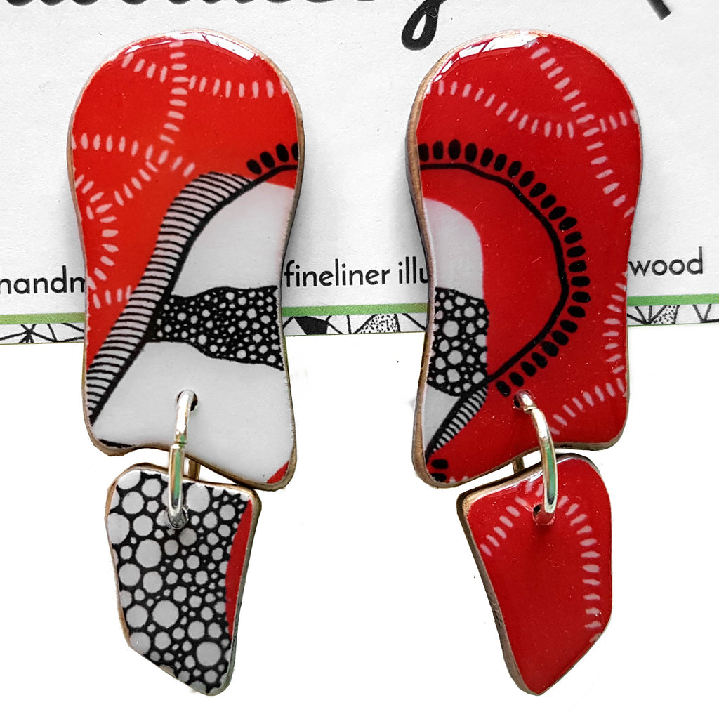 wavy dangle earrings in the pattern red earth
