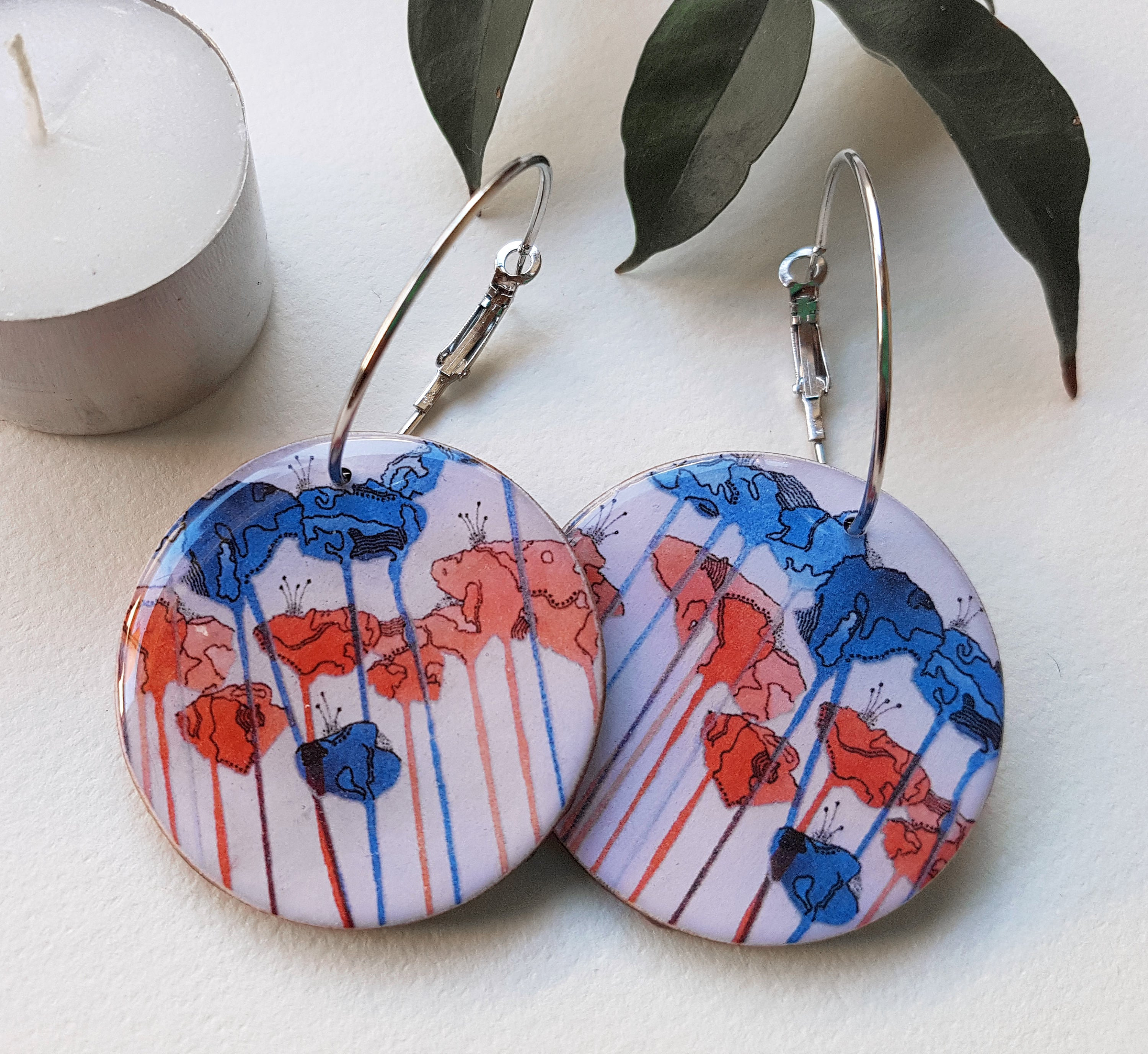 large disc earrings in the pattern tall poppy white