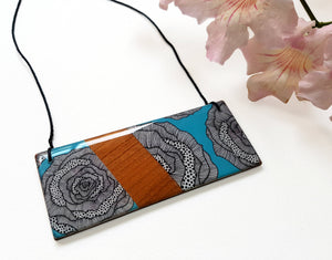 bar pendant necklace in the pattern aqua rose