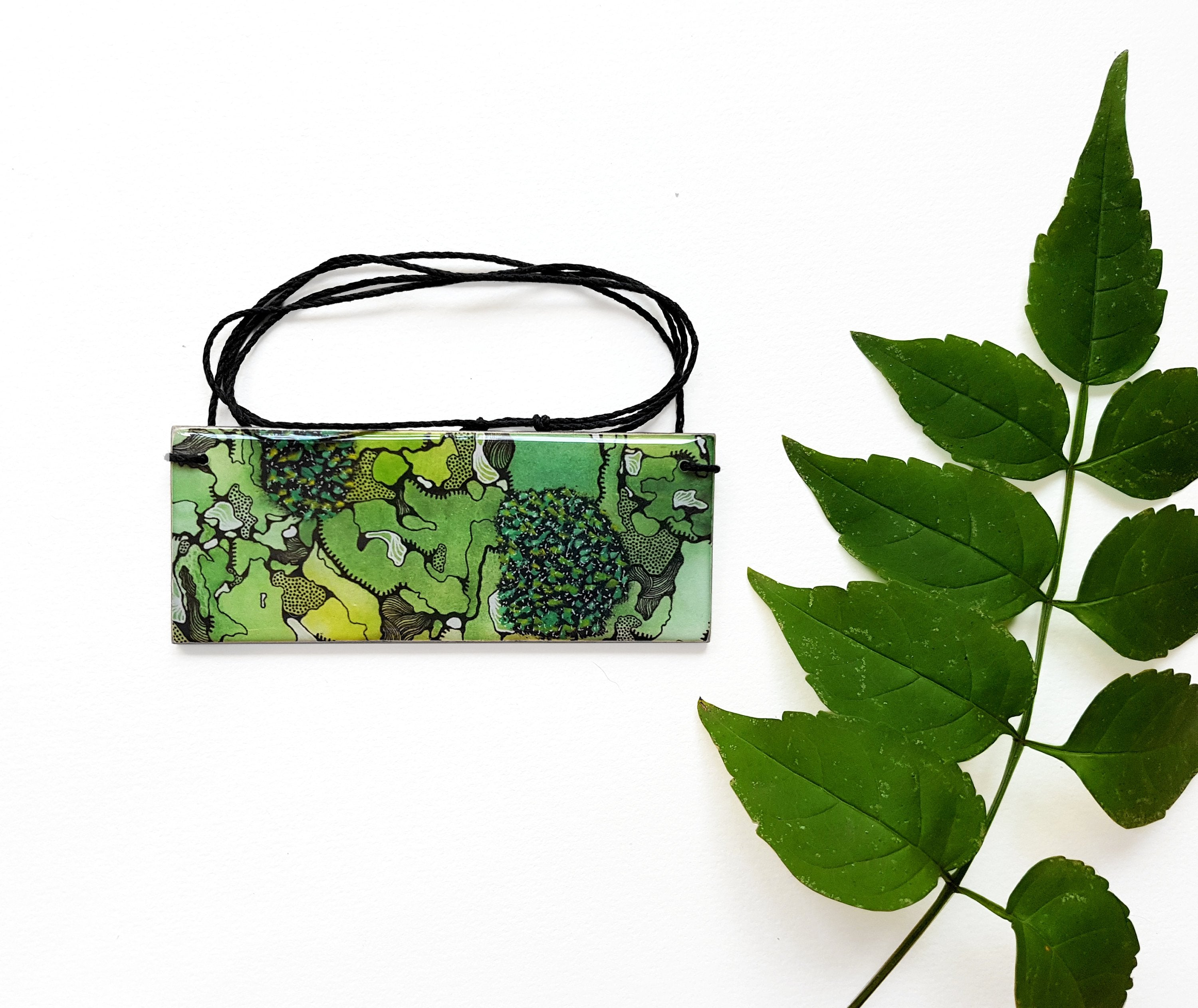 bar pendant necklace in the pattern greenery