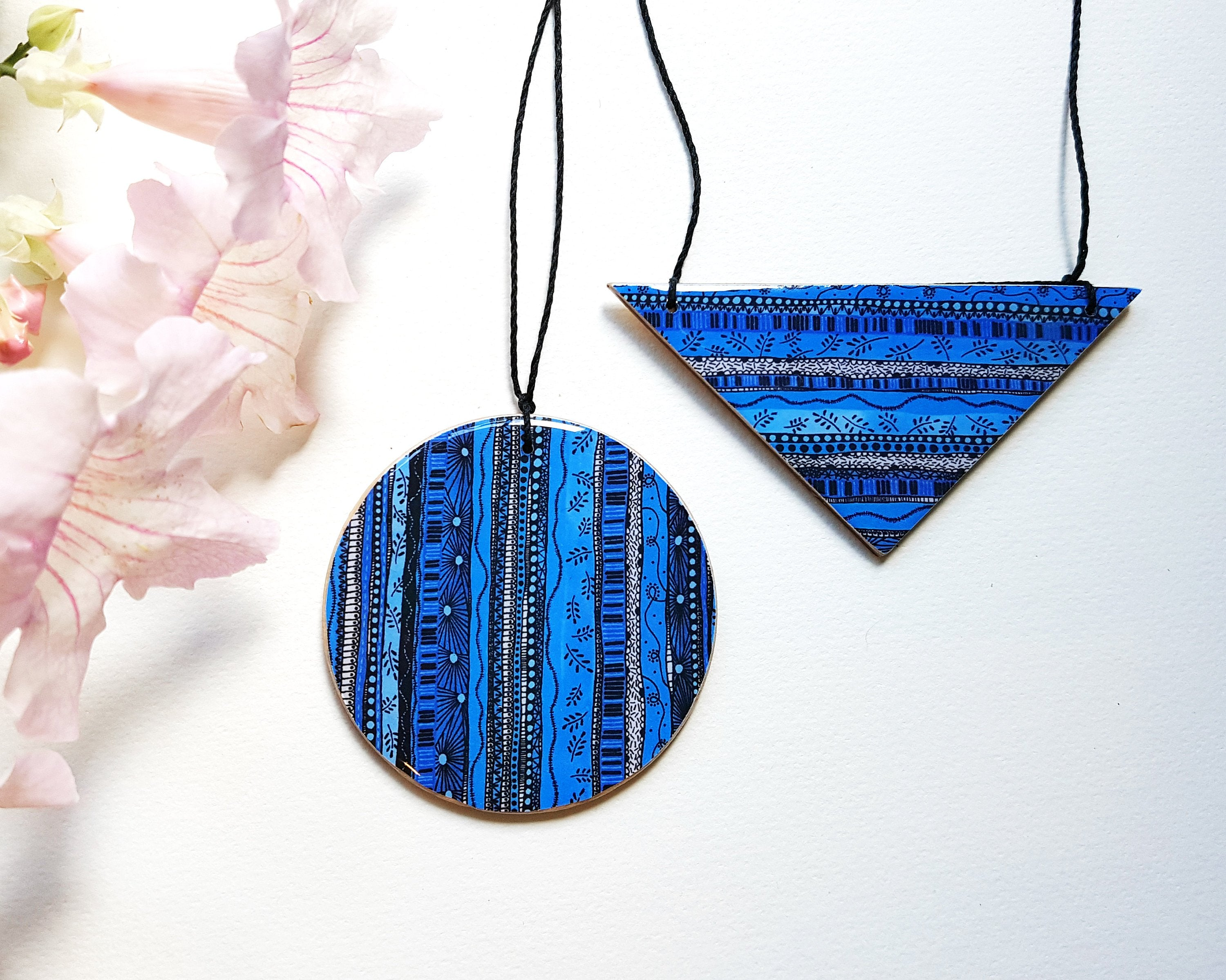 disc pendant necklace in the pattern blue waves