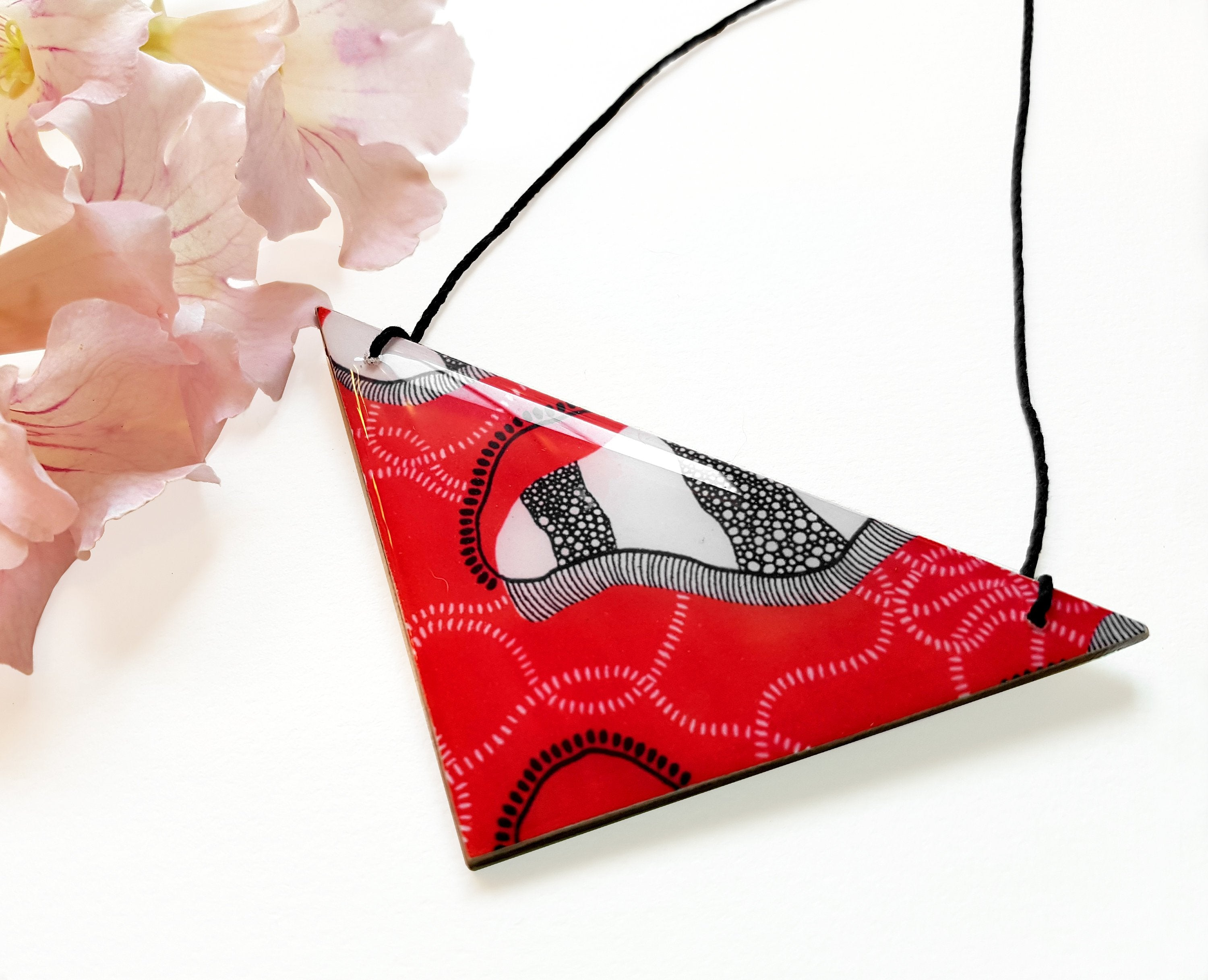 triangle pendant necklace in the pattern red earth