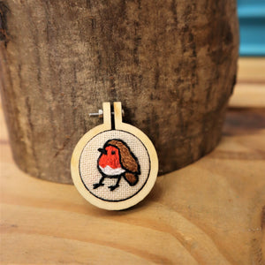Robin embroidered brooch (30mm)