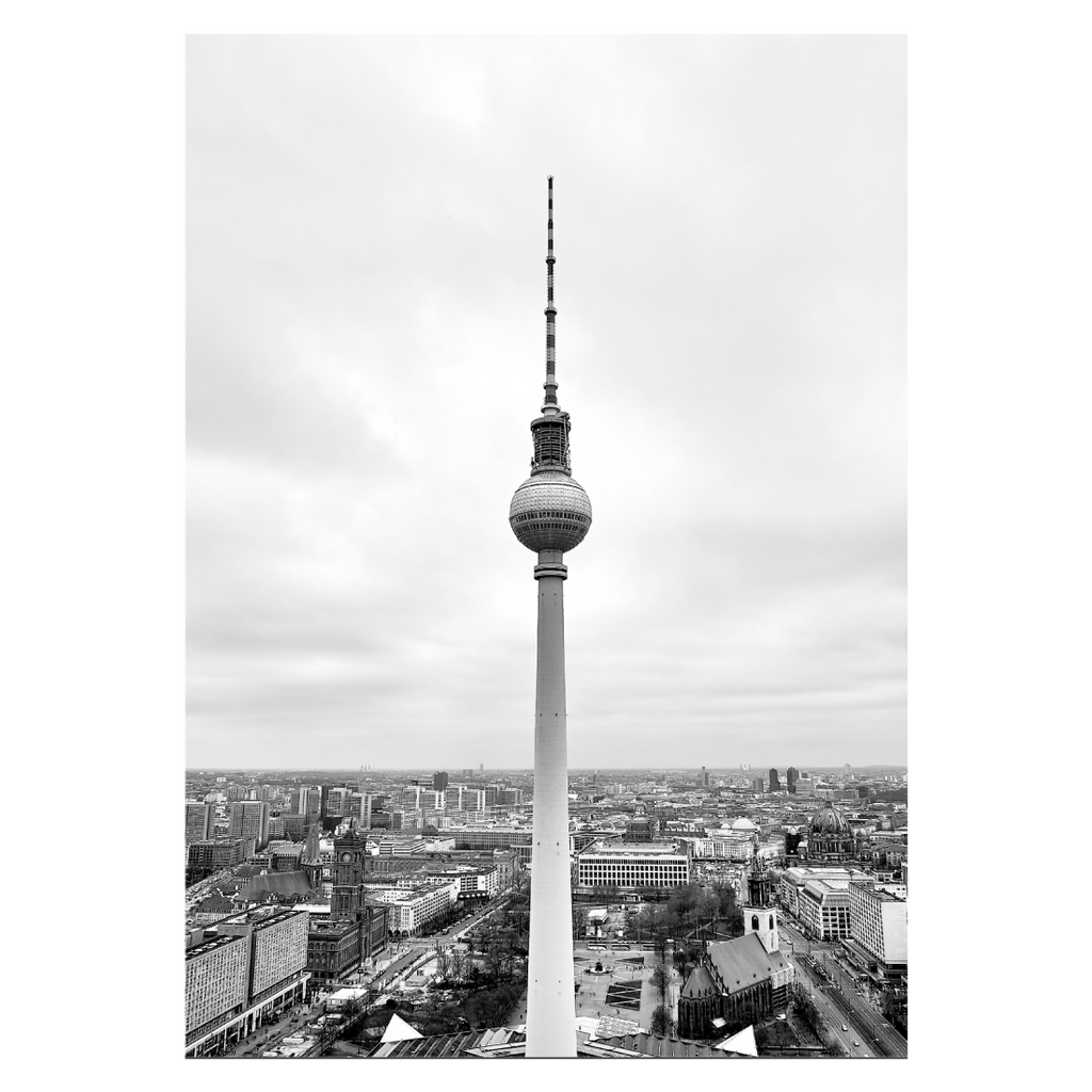 byplakat med panorama view over berlin, med fernsehturm i forgrunden