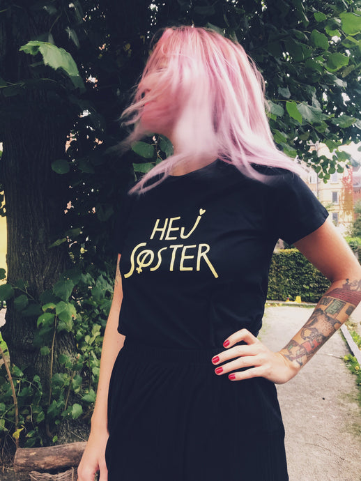 Hej Søster Classic Fit Black/Yellow Tee
