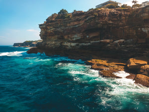 Blue ocean and luxurious waterfront house on a cliff - Sydney, NSW - Free Stock Image