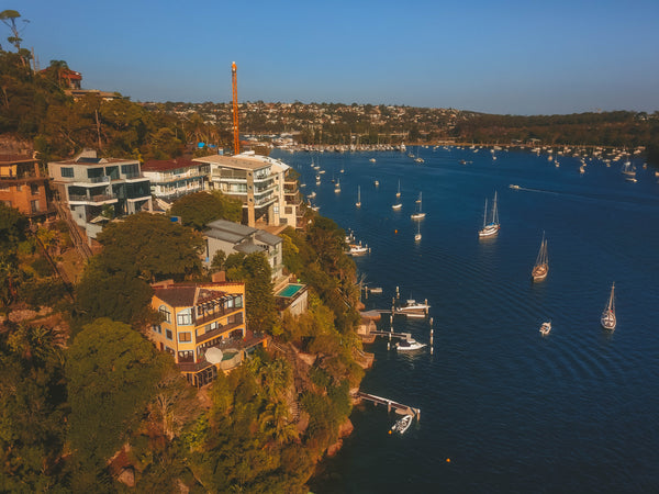 Luxury waterfront houses and private boats at Seaforth Bluff, Sydney, NSW - Stock Photo