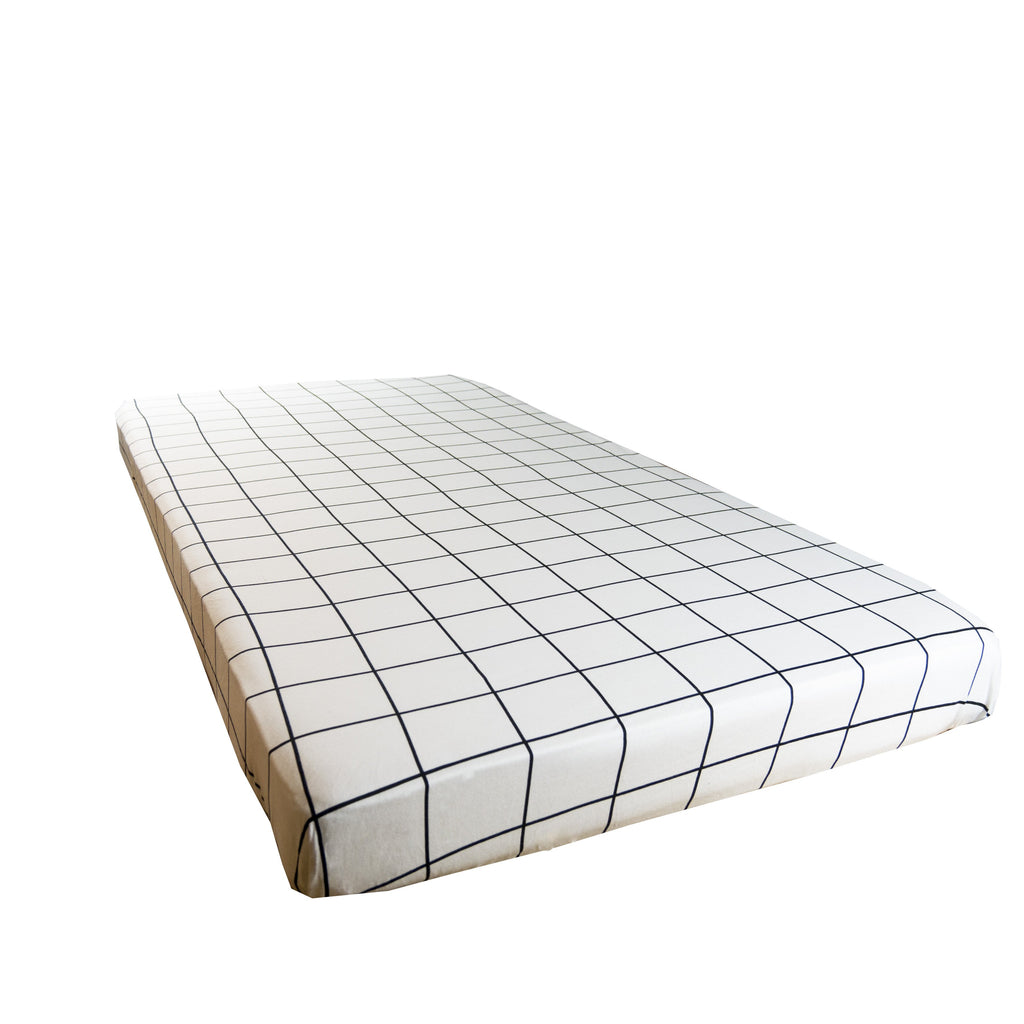 Cot sheet in Grid print